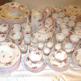 Extensive Shelley dinner set, with many pieces not seen in the picture, like platters, covered butters, etc., many pieces can be  sold separately, prices on request