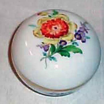 Meissen flowered box, 1923-1933, 3 inches, Sold