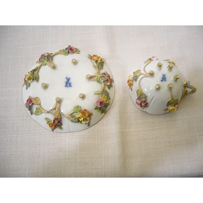 Rare Meissen cup and saucer : From this bottom view, you can see the 6 raised feet on both the cup and the saucer,