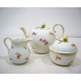 Meissen Streublumen tea set, with teapot and sugar with a flower on top,