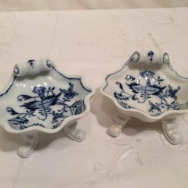 Four Meissen blue onion shell shape salts on four raised feet