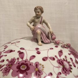 Top of the Meissen purple Indian tureen with putti and cornocopia on top